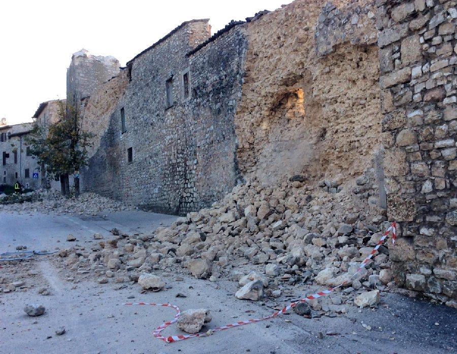 Συντρίμμια στο επίκεντρο του σεισμού, στην πόλη Νόρτσια / Φωτό: ΑΠΕ - ΜΠΕ