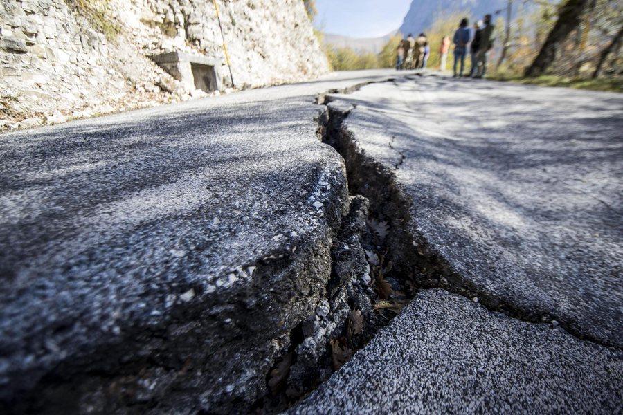 Ρήγμα στο δρόμο σε πόλη κοντά στο επίκεντρο του σεισμού / Φωτό: ΑΠΕ - ΜΠΕ