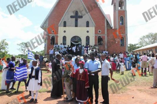 """Παρέλαση με την ελληνική σημαία στην Ουγκάντα για την επέτειο του """"ΟΧΙ"""""""