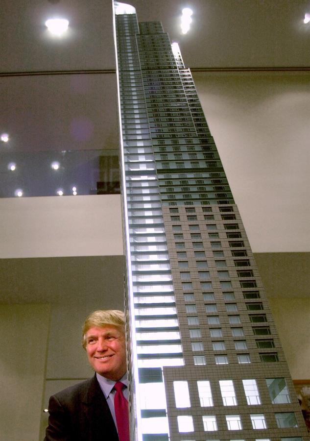 Ποζάροντας το 2001 δίπλα στη μακέτα ενός κτιρίου του στο Τορόντο, που έχει 65 ορόφους και κόστισε 209 εκατ. δολάρια  / Φωτό αρχείου: ΑΠΕ - ΜΠΕ