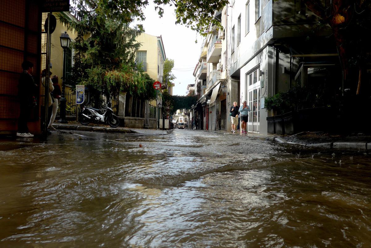 Πολύ νερό και στην Πλάκα - Φωτο Eurokinissi
