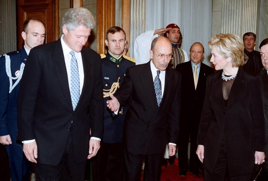 Υποδεχόμενος τον Μπιλ και την Χίλαρι Κλίντον