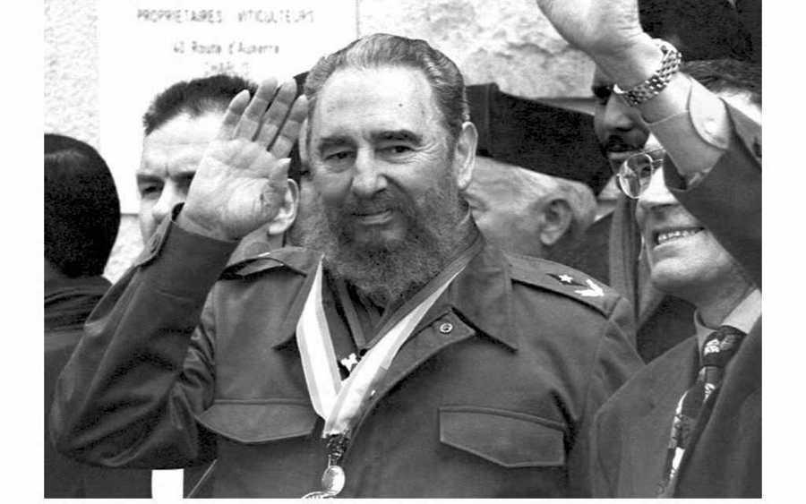 Ο Κάστρο χαιρετά το πλήθος / Φωτογραφία αρχείου: ΑΠΕ - ΜΠΕ