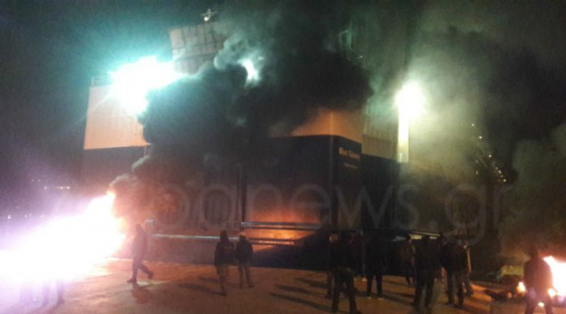 Χανιά: Ο καπετάνιος έβγαλε το πλοίο στα ανοιχτά λόγω φωτιάς που άναψαν αγρότες [pics]