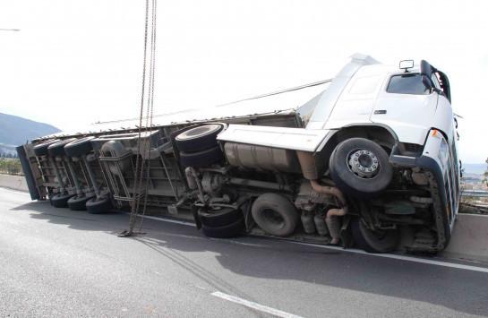 Θεσσαλονίκη: ''Έμφραγμα'' στην εθνική οδό από ανατροπή νταλίκας - Διακόπηκε η κυκλοφορία!