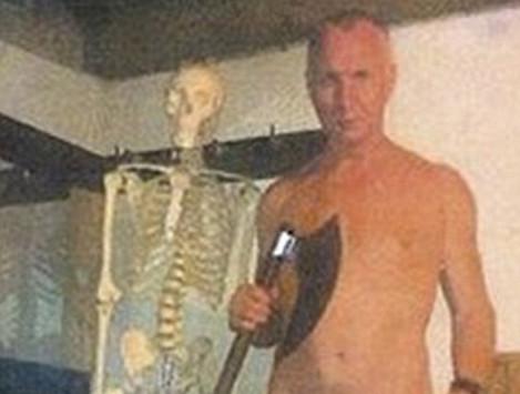 Κανίβαλος πόζαρε γυμνός με τσεκούρι στο υπόγειο που τεμάχισε το θύμα του