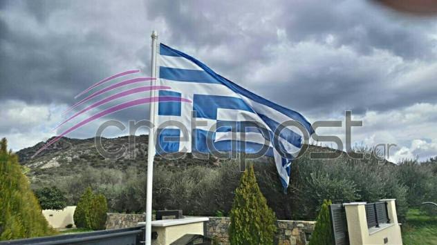 Κρήτη: Υποδοχή του Τσίπρα με... ανάποδη σημαία [pic]
