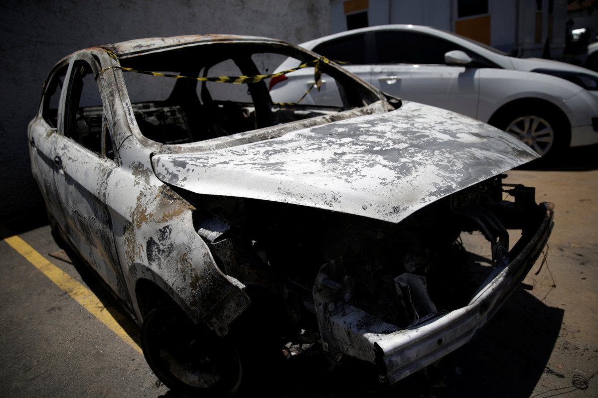 Το αυτοκίνητο μέσα στο οποίο βρέθηκε η απανθρακωμένη σορός του πρέσβη / Φωτό Reuters