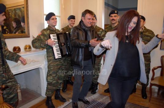 `Πίνω και μεθώ`! Χόρεψε ζεϊμπέκικο η αντιπεριφερειάρχης Πελοποννήσου [vid]