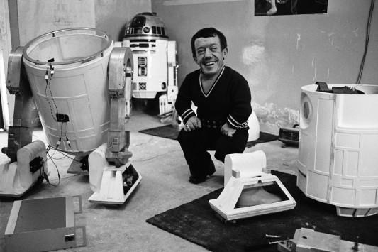 Στις 13 Αυγούστου, φεύγει από τη ζωή ο Kenny Baker, ο ηθοποιός που ενσάρκωνε το ρόλο του R2-D2 του εμβληματικού ρομπότ της σειράς ταινιών Star Wars / Διαβάστε εδώ περισσότερα