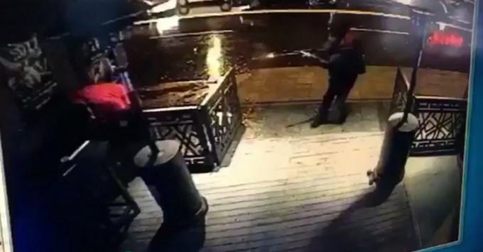 Νέο video ντοκουμέντο από το Bataclan της Κωνσταντινούπολης! Η στιγμή που ο μακελάρης μπαίνει πυροβολώντας στο Reina