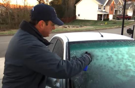 Το κόλπο για να φύγει ο πάγος στο παρμπρίζ του αυτοκινήτου [vid]