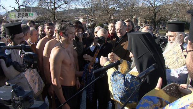 Θεοφάνεια: Αυτός είναι ο Χιλιανός που έπιασε τον σταυρό στα Γιάννενα [pic, vid]