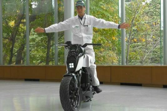 Αυτή είναι η πρώτη μοτοσικλέτα που ισορροπεί μόνη της! [vid]