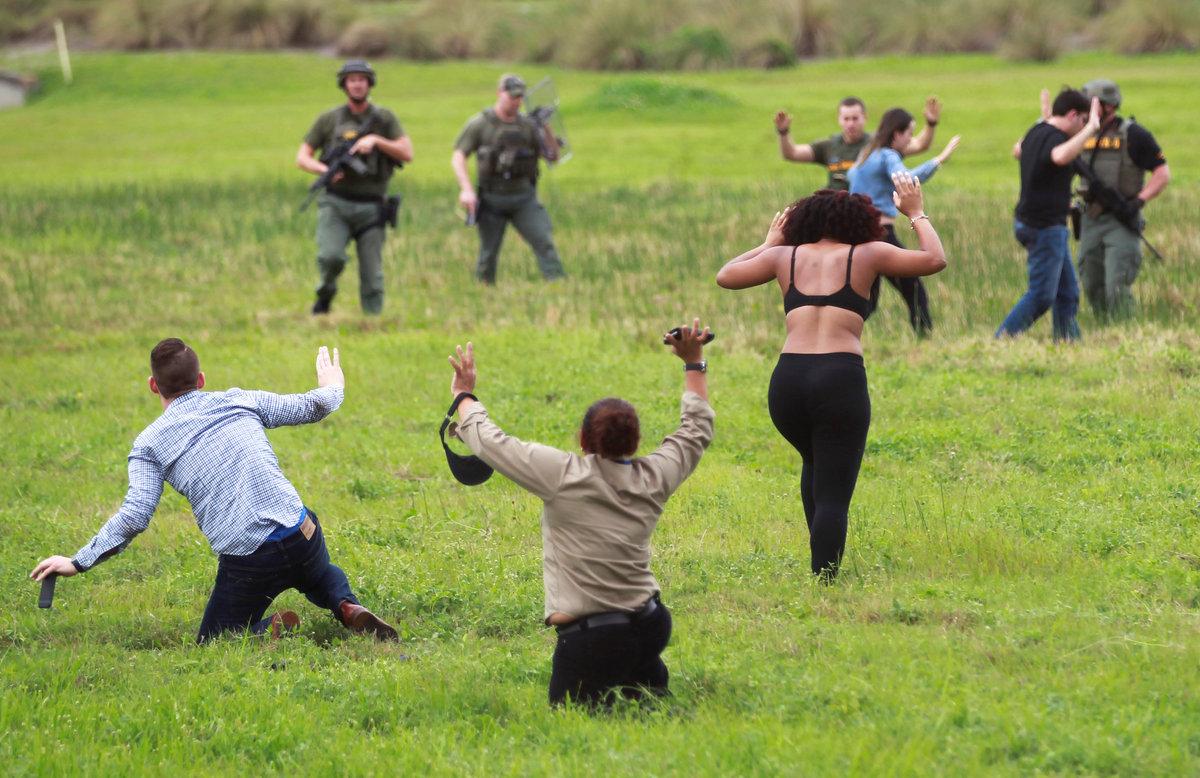 Αστυνομικοί καλούν τους ανθρώπους να μείνουν ακίνητοι / Φωτογραφία: Reuters