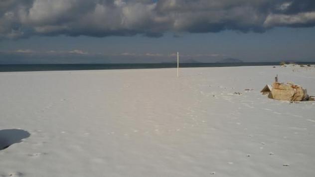 Καιρός: Στην παραλία της Καλογριάς... χιονοπόλεμος! Απίστευτες εικόνες!