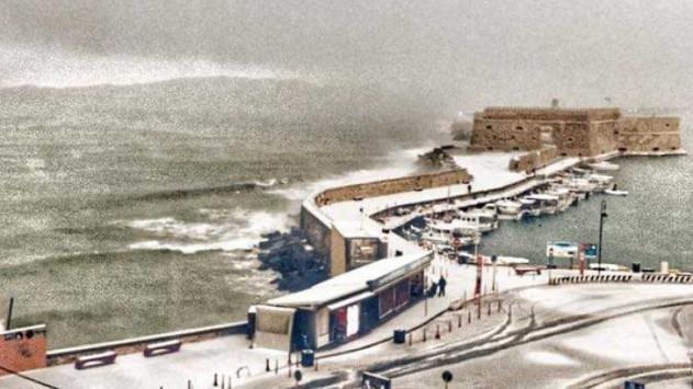Καιρός: Η φωτογραφία της χρονιάς στο λιμάνι του Ηρακλείου - Προβλήματα στα χιόνια!