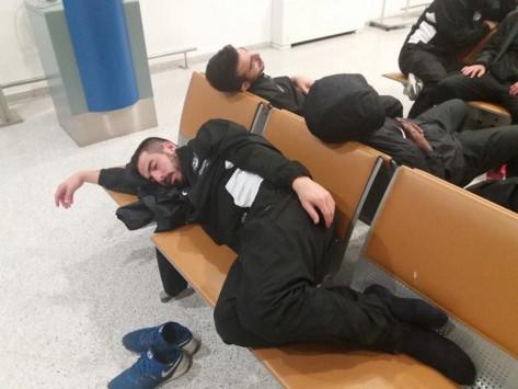 ΟΦΗ: Ο... Γολγοθάς των παικτών! Κοιμήθηκαν στο αεροδρόμιο [pic]