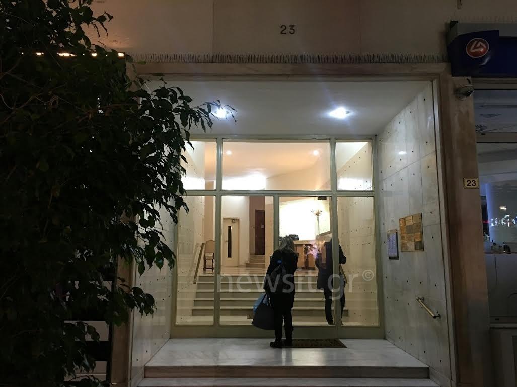Η είσοδος της πολυκατοικίας του Αλέξη Μάρδα
