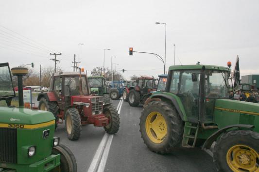 Μπλόκα Αγροτών: Έκλεισαν την εθνική οδό Πατρών - Κορίνθου!