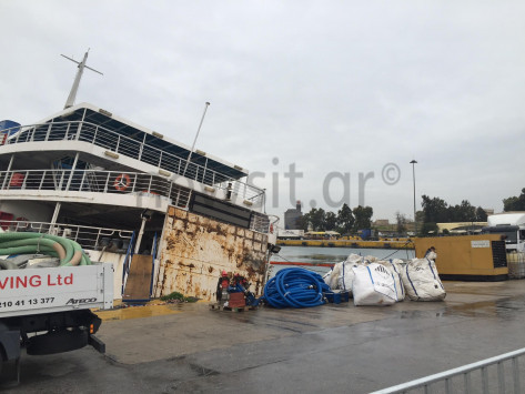 Ξεκίνησε η ανέλκυση του πλοίου `Παναγία Τήνου` [pics]