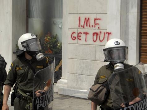 `Βόμβα` Bloomberg: `Να διαγράψει το ΔΝΤ το ελληνικό χρέος`!