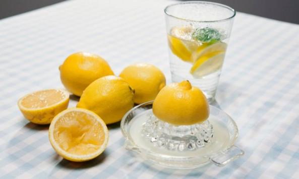 Νερό με λεμόνι: 6 μύθοι που πρέπει να ξεδιαλύνετε άμεσα!