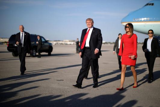 Τραμπ: Αγκαλιές και φιλιά με την Μελάνια – Φωτιά στα κόκκινα η Πρώτη Κυρία [pics, vid]