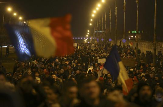 """Οι τεράστιες διαδηλώσεις """"λύγισαν"""" την κυβέρνηση της Ρουμανίας"""