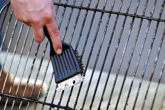 Τσικνοπέμπτη: Άγνωστος κίνδυνος από το καθάρισμα της σχάρας – Τι να προσέχετε