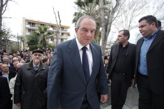 Συντετριμμένος ο Κώστας Καραμανλής στην κηδεία Μπασιάκου [pics]