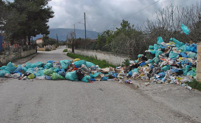 Ζάκυνθος: Εικόνες ντροπής στα σκουπίδια - Έκλεισε δρόμος και αποκλείστηκαν σπίτια [pics]