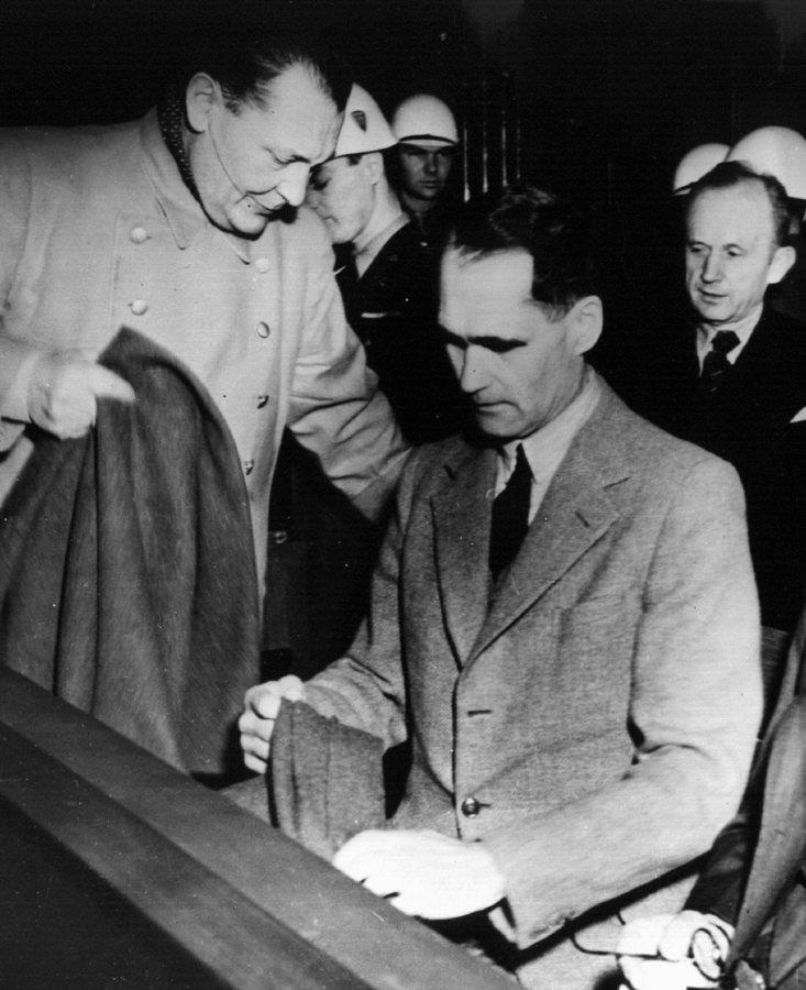 Στο κέντρο ο Ρούντολφ Ες, κατά την διάρκεια της δίκης της Νυρεμβέργης