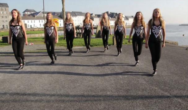 8 γοητευτικά κορίτσια παρατάχθηκαν στη σειρά - Δείτε τι συνέβη στο 0:18!