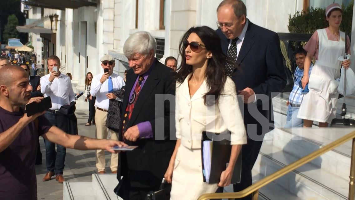 Κατά την επίσκεψη του δικηγόρου μαζί με την Αμάλ Αλαμουντίν στην Ελλάδα