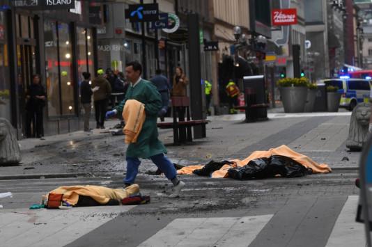LIVE - Στοκχόλμη: Φορτηγό `θέρισε` κόσμο! Τουλάχιστον δύο νεκροί, δεκάδες τραυματίες!