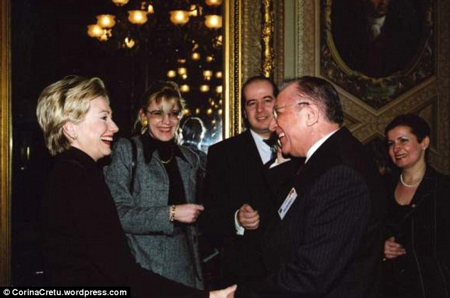 Πρώτη από αριστερά η Χίλαρι Κλίντον, δεύτερη η Κορίνα Κρετσού