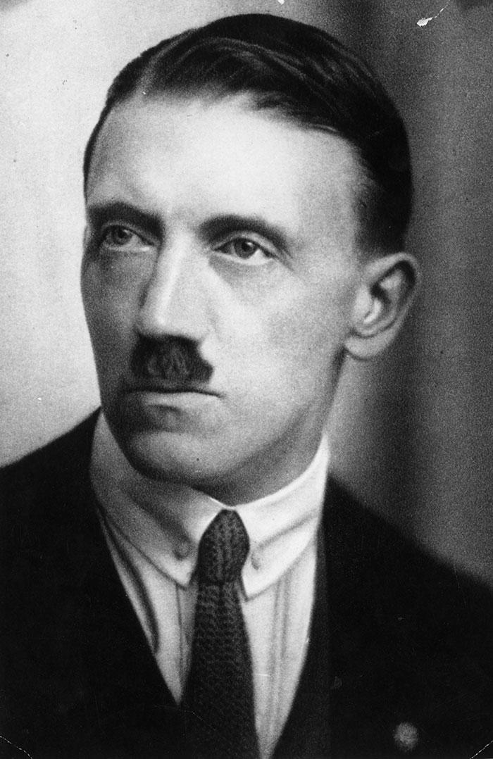 Ο -μάλλον λιγότερο διαφορετικός από όλους- νεαρός Αδόλφος Χίτλερ