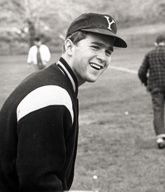 Ο Τζορτζ Μπους ο νεότερος σε παιχνίδι μπέιζμπολ στο Πανεπιστήμιο Yale, όπου φοιτούσε την περίοδο 1964-68