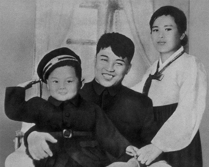 Ο... πιτσιρίκος Κιμ Γιονγκ Ιλ, πατέρας του Κιμ Γιονγκ Ουν, με τον δικό του πατέρα και ιδρυτή του καθεστώτος στη Βόρεια Κορέα, Κιμ Ιλ Σουνγκ και τη μητέρα του, Κιμ Γιονγκ Σουκ το 1945