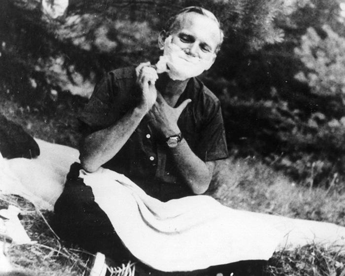 Ο Πάπας Ιωάννης Παύλος ΙΙ ενώ... ξυρίζεται!