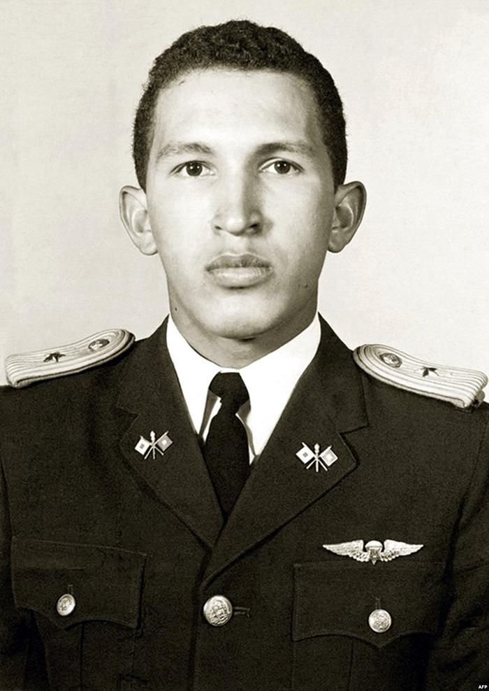 Ο νεαρός και αρκετά πιο... αδύνατος Ούγκο Τσάβες στην στρατιωτική ακαδημία της Βενεζουέλας