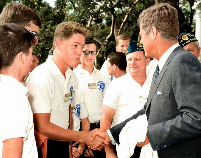 Ο έφηβος Μπιλ Κλίντον χαιρετά τον αμερικανό Πρόεδρο John F. Kennedy στον Λευκό Οίκο το 1963