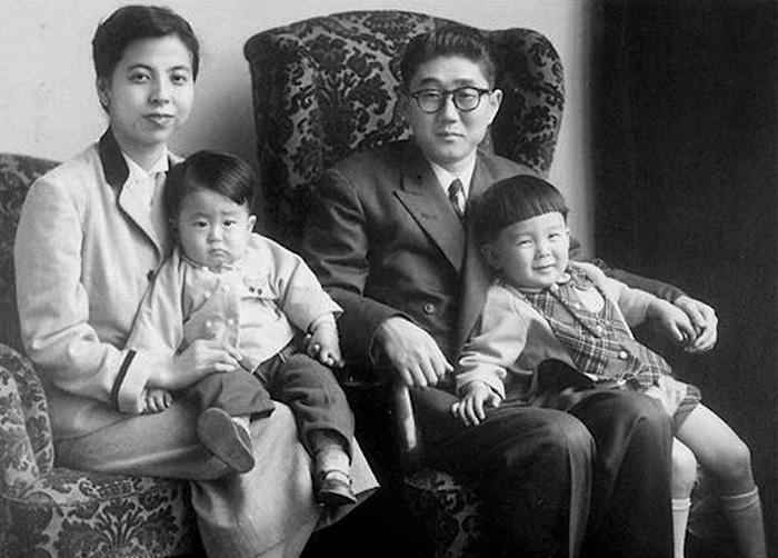Το... μωράκι στα αριστερά είναι ο τωρινός Ιάπωνας πρωθυπουργός, Σίνζο Άμπε, με την οικογένειά του το 1956!