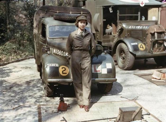 Η 18χρονη Βασίλισσα Ελισάβετ όταν υπηρετούσε στον στρατό κατά την διάρκεια του Β' Παγκοσμίου Πολέμου, το 1945