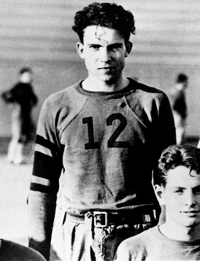 Ο Ρίτσαρντ Νίξον σε στιγμιότυπο από την κολλεγιακή ομάδα ποδοσφαίρου τη δεκαετία του 1930