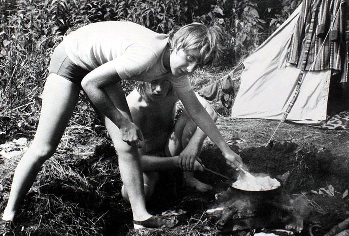 Η Άνγκελα Μέρκελ πάνω από τη... φου φου σε κάμπινγκ με φίλους το 1973!