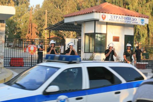 Kόρινθος: Μετανάστες ανέβηκαν στη στέγη του κέντρου κράτησης