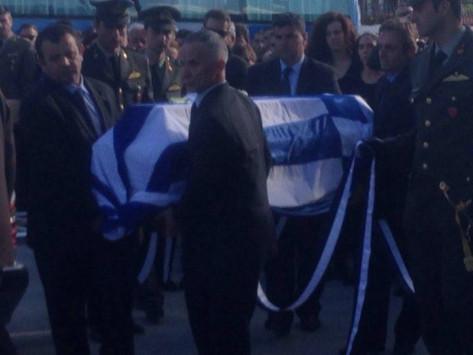 Συντριβή ελικοπτέρου: Σκεπασμένος με τη γαλανόλευκη ο Κωνσταντίνος Χατζής - Θρήνος στην κηδεία