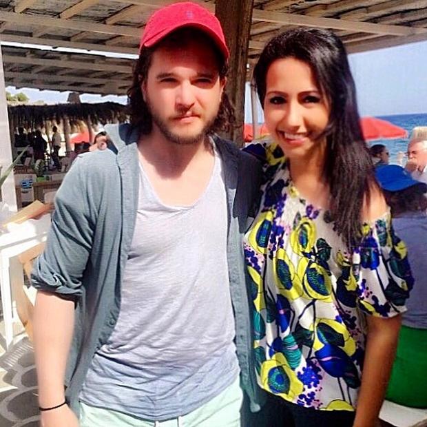 Η Φιλίτσα Αρβανίτη, Υπεύθυνη Επικοινωνίας και Δημοσίων Σχέσεων στο Paradise Beach Bar & Restaurant με τον Kit Harington